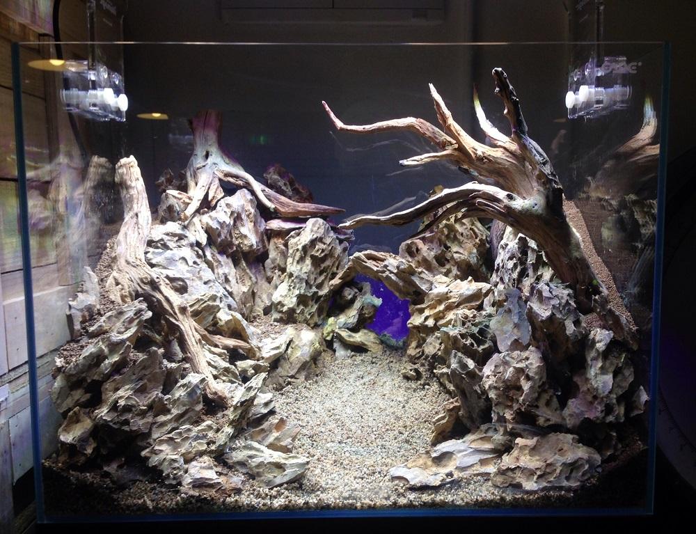 фон для аквариума Камнями и корягами